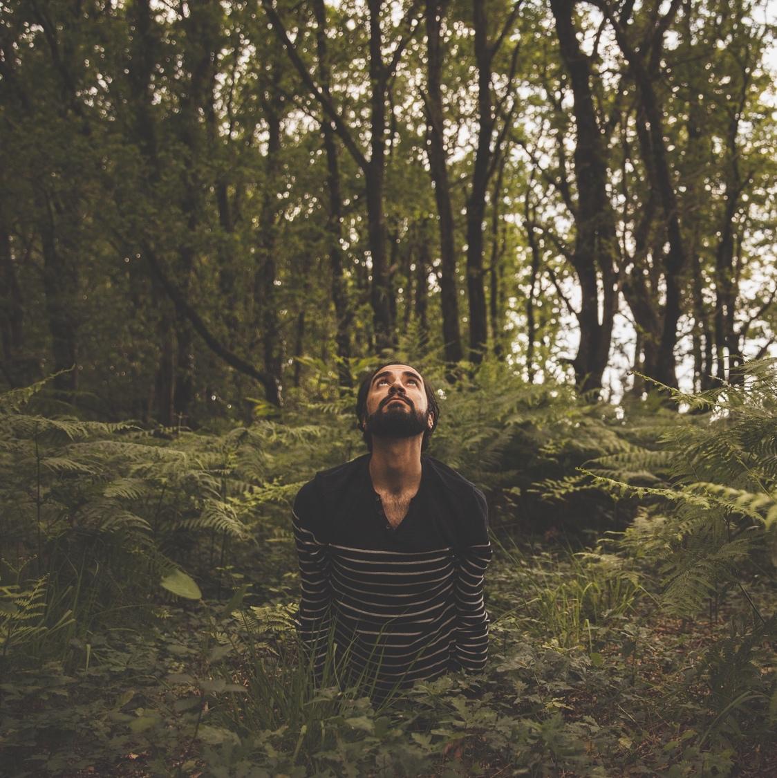 Rémy faisant le chien tête en haut dans la forêt
