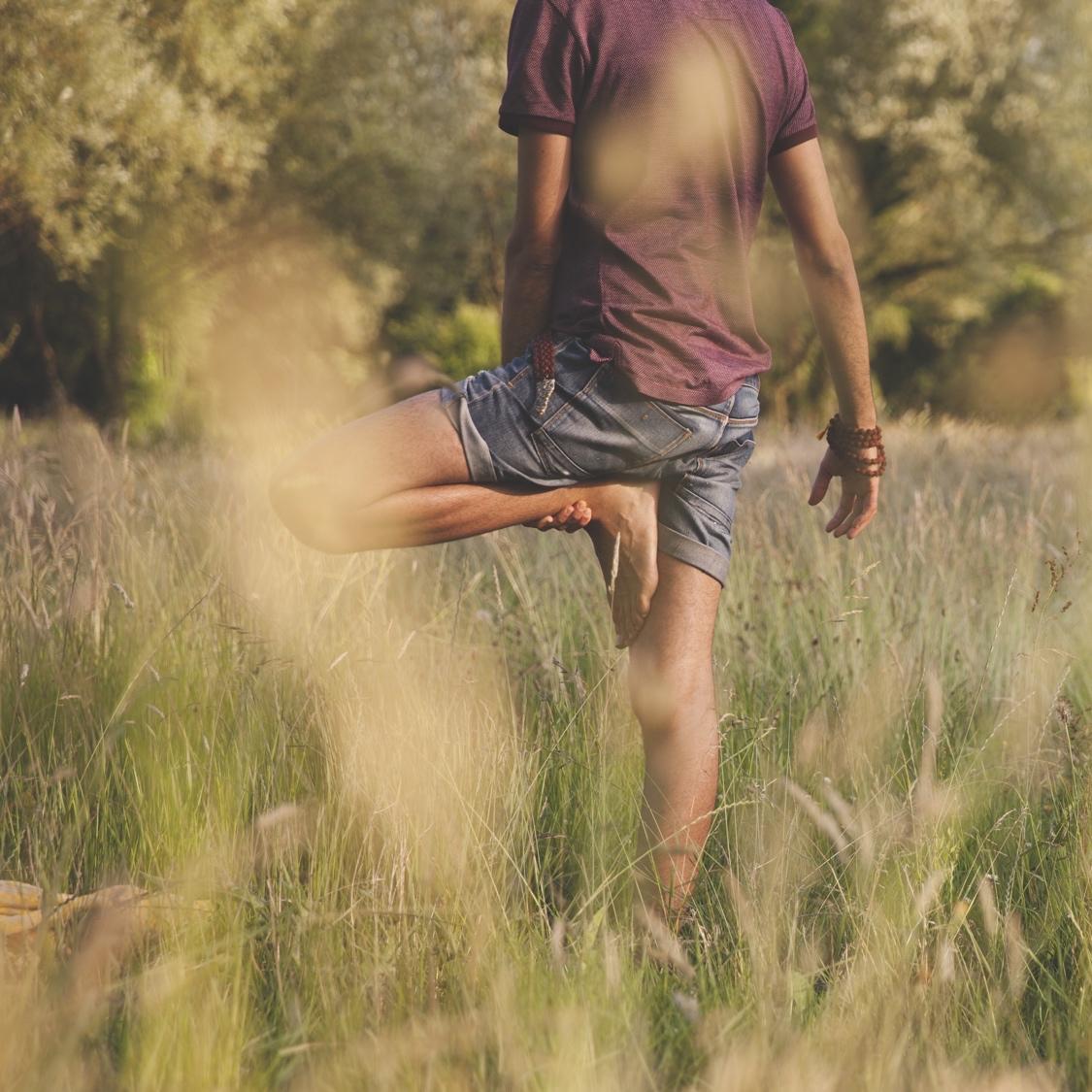 Rémy faisant la position de l'arbre dans une prairie