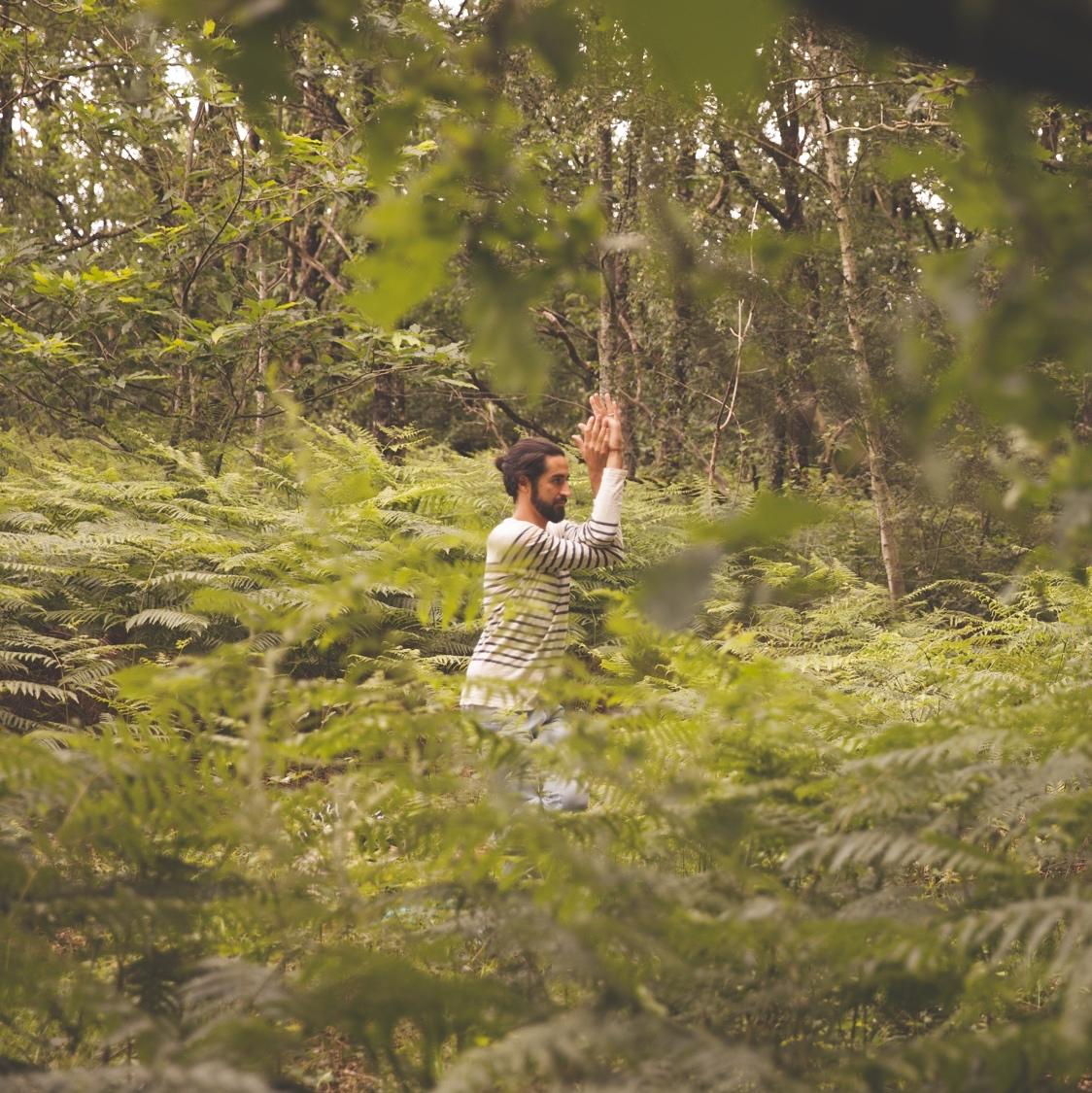 Rémy faisant la position de l'aigle dans la forêt
