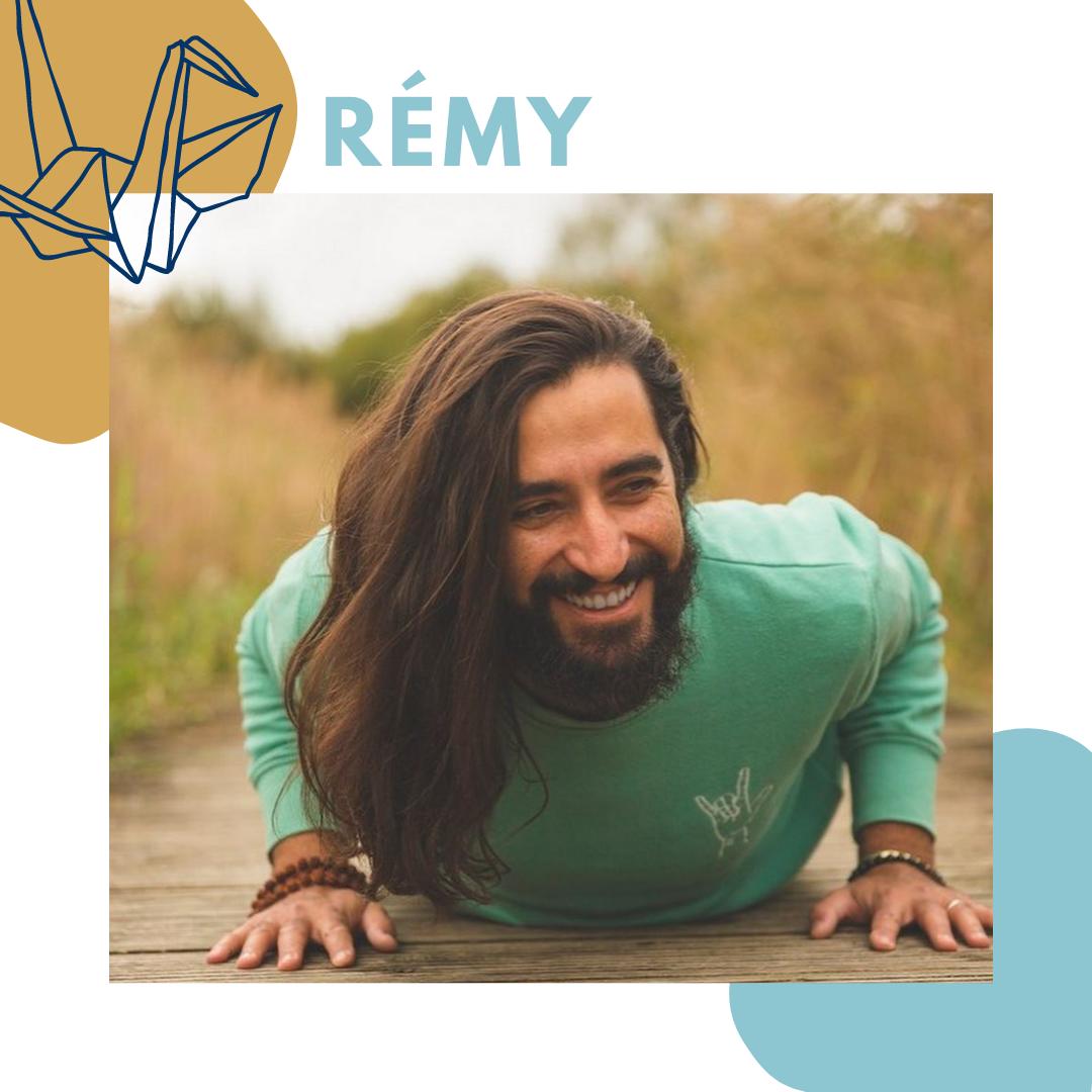 Rémy enseignant de Hatha, Vinyasa et Yin yoga et fondateur de Yoga Flow