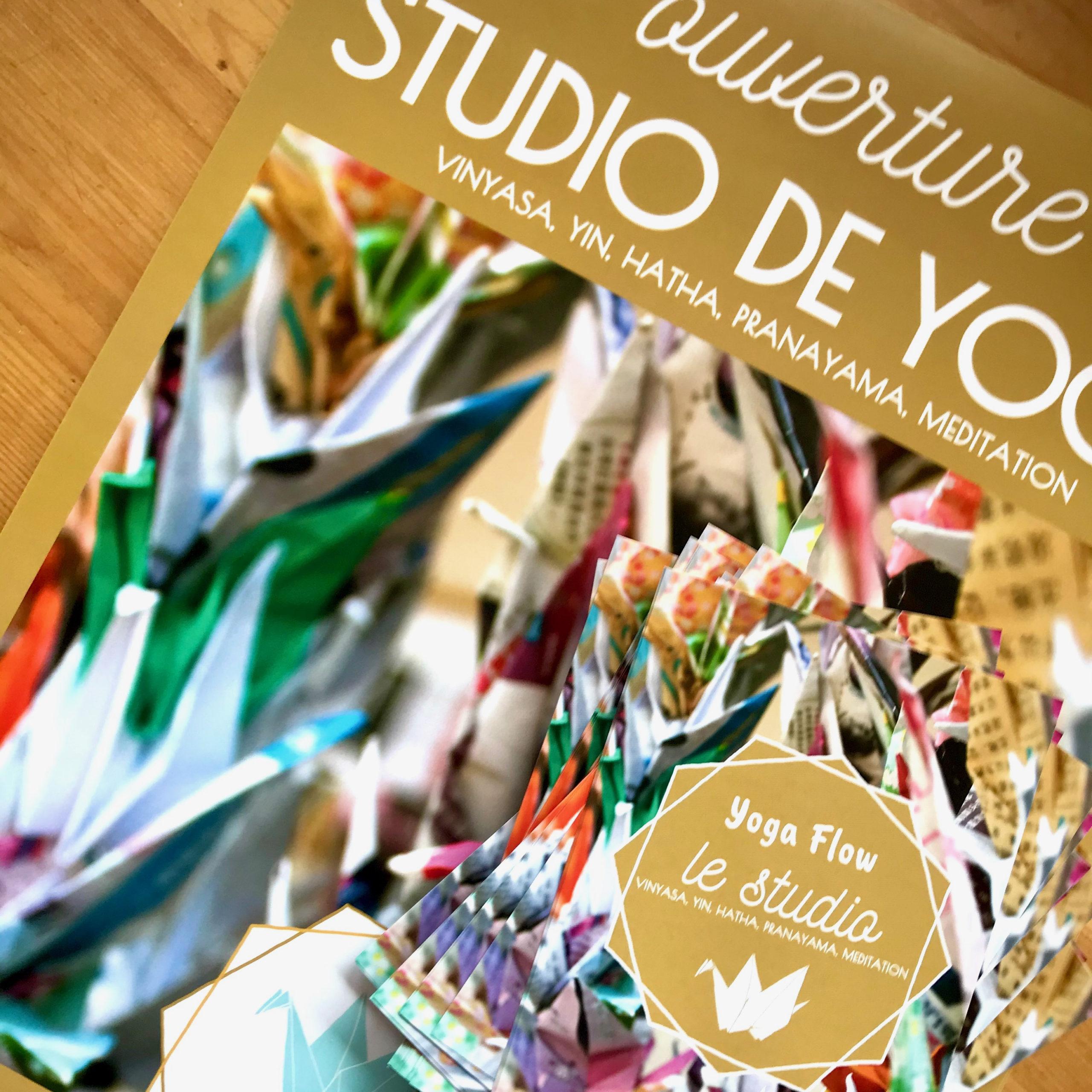 Détail des affiches et foyers pour annoncer l'ouverture du studio Yoga Flow